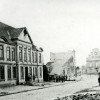 <!--:da-->Løve Apoteket med Rådhustorvet i baggrunden, 1864.<!--:--> <!--:de-->Löwen-Apotheke mit dem Rathausplatz im Hintergrund 1864.<!--:--> <!--:en-->Løve Pharmacy with the Town Hall spire in the background, 1864.<!--:-->