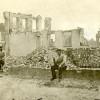 <!--:da-->Ruiner af Ernst Günthers set fra nordvest. I forgrunden ses rygende prøjsiske soldater på tomten af Perlegade 11.<!--:--> <!--:de-->Ruinen vom Ernst Günther-Herrenhaus von Nordwesten gesehen. Im Vordergrund sieht man einen rauchenden preußischen Soldaten auf dem Gelände der Perlegade 11.<!--:--> <!--:en-->The ruins of Ernst Günther's town house seen from the northwest. In the foreground, Prussian soldiers smoking on the site of Perlegade 11.<!--:-->