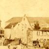 I baggrunden Sønderborg Slots østfløj med flere huller i taget, 1864.